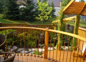 rounded deck railing made with wood
